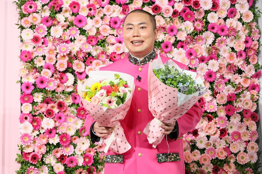 花束を持って現れた岡部さん