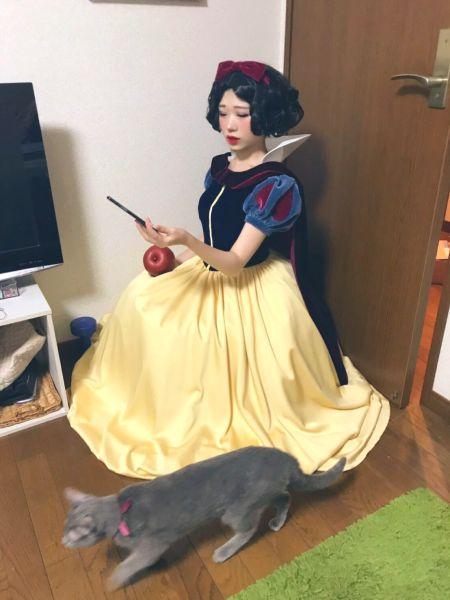 独特のカラーリングの衣装に、りんごと猫がチラリと写った白雪姫。