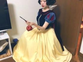自撮りをしている白雪姫が激写された模様。