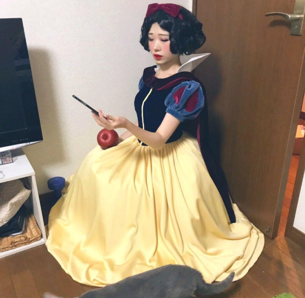 母「家の中に白雪姫おるw」パシャ 宅コス中撮られた写真が「現代版白雪姫」