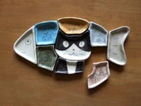 中央部分がハチワレ猫皿になっている「パズル猫小皿」。