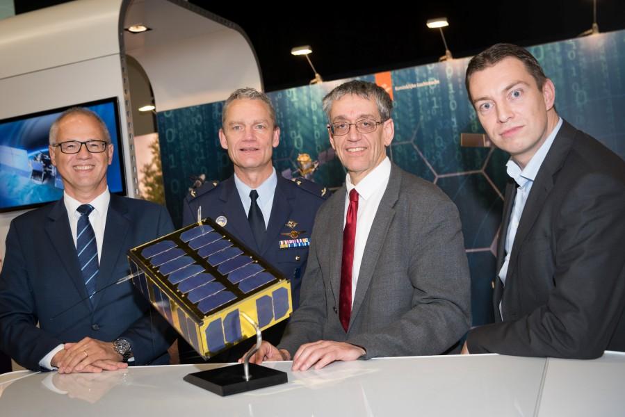 Brik-IIの模型を前にしたオランダ国防省関係者(Image:オランダ国防省)