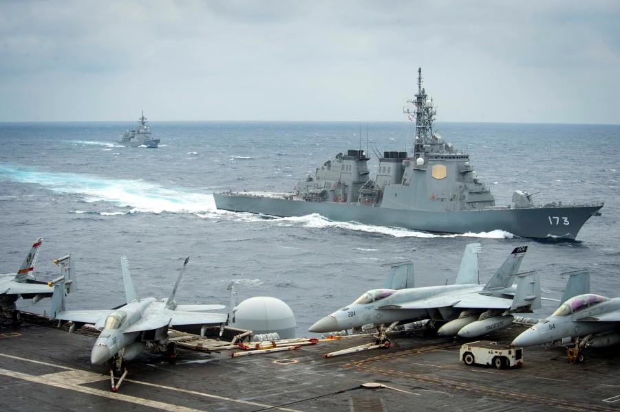 空母セオドア・ルーズベルトと共同訓練する護衛艦こんごう(Image:U.S.Navy)