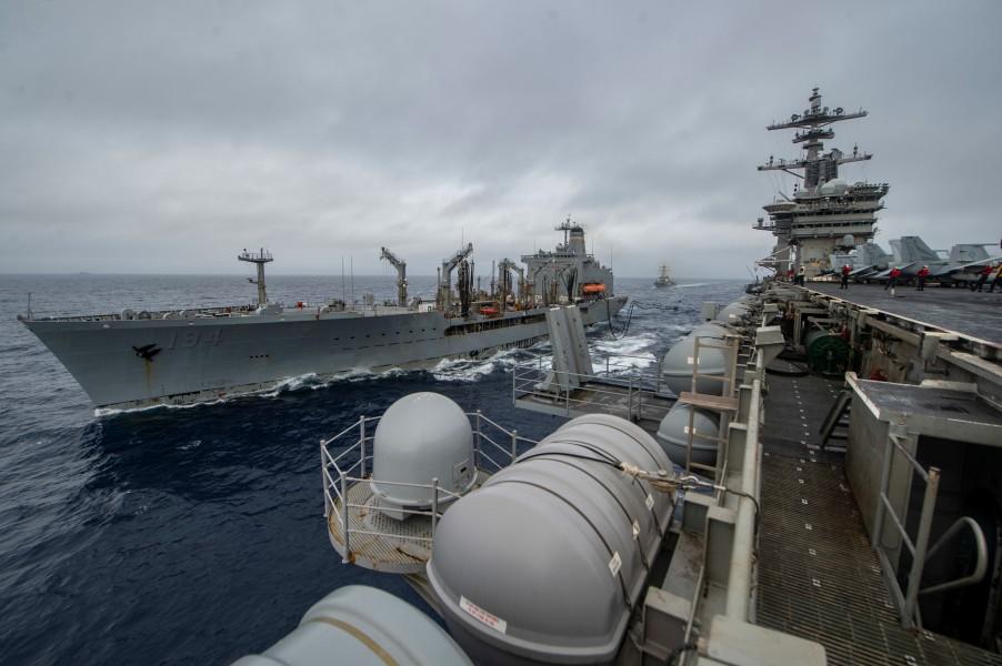 給油艦ジョン・エリクソンから補給を受ける空母セオドア・ルーズベルト(Image:U.S.Navy)