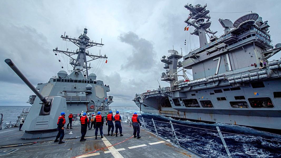 空母セオドア・ルーズベルトと並走する駆逐艦ジョン・フィン(Image:U.S.Navy)