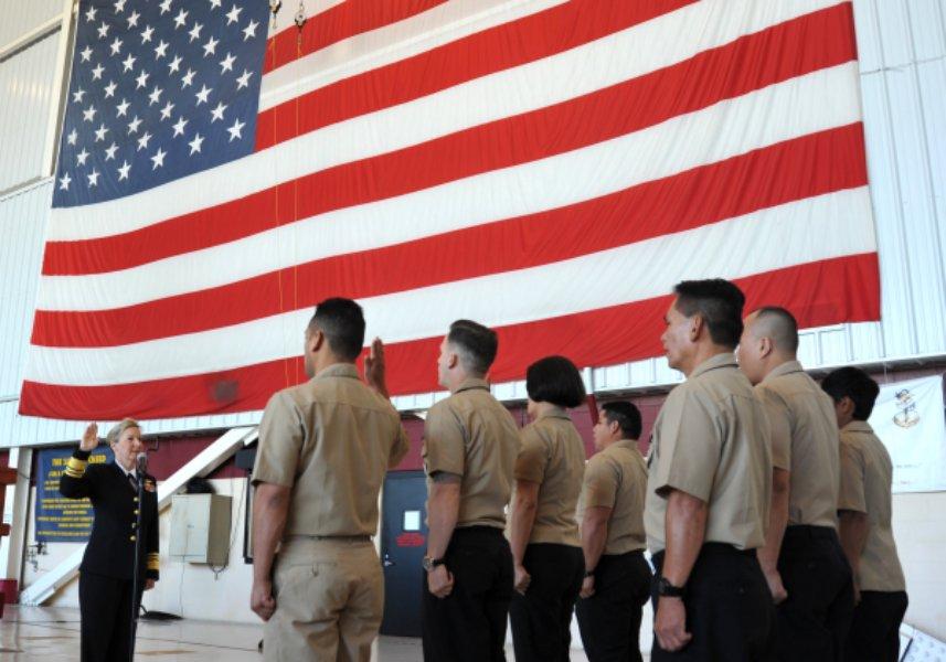 服務の宣誓をする海軍士官(Image:U.S.Navy)