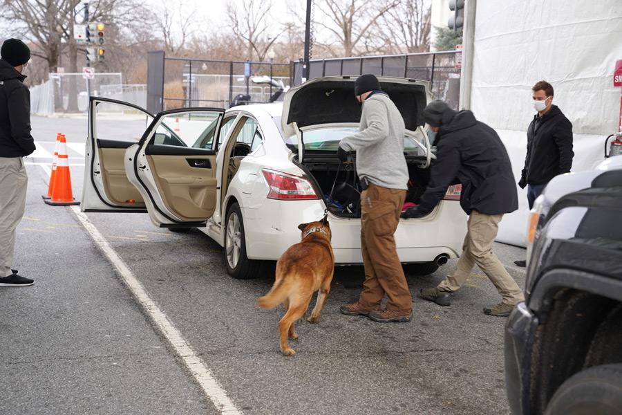 アメリカ国境警備隊による車両検問(Image:U.S.CBP)