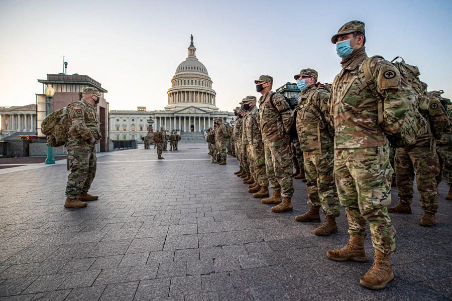 連邦議会前で整列する州兵(Image:U.S.National Guard)