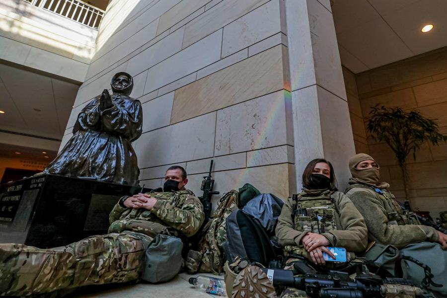 連邦議会で休息をとる州兵(Image:U.S.National Guard)