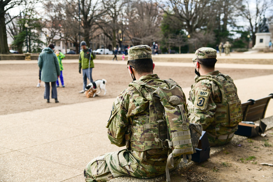公園で市民を見守る州兵(Image:U.S.National Guard)