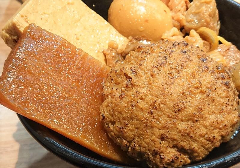 ハンバーグと大根、豆腐が丼からはみ出るくらいに盛られた逸品