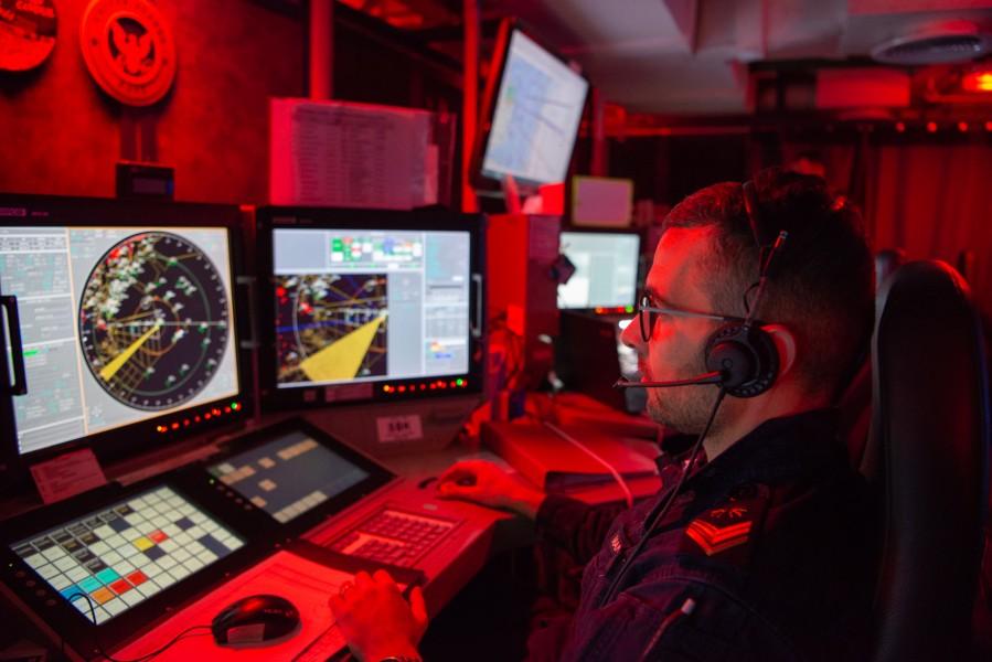 空母カヴールの航空オペレーションルーム(Image:イタリア海軍)