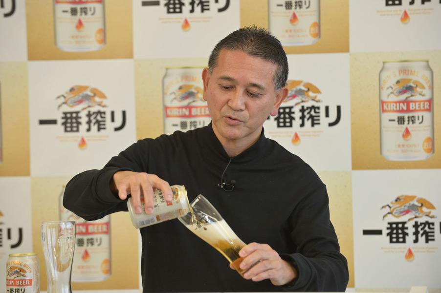 グラスに「一番搾り」を注ぐ田山マスターブリュワー