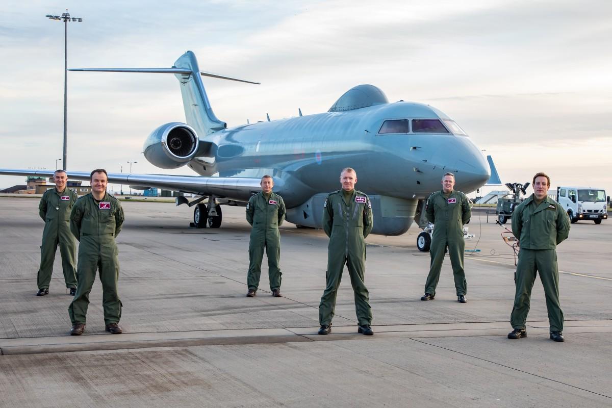 センチネル R1と第V(AC)飛行隊のメンバー(Image:Crown Copyright)