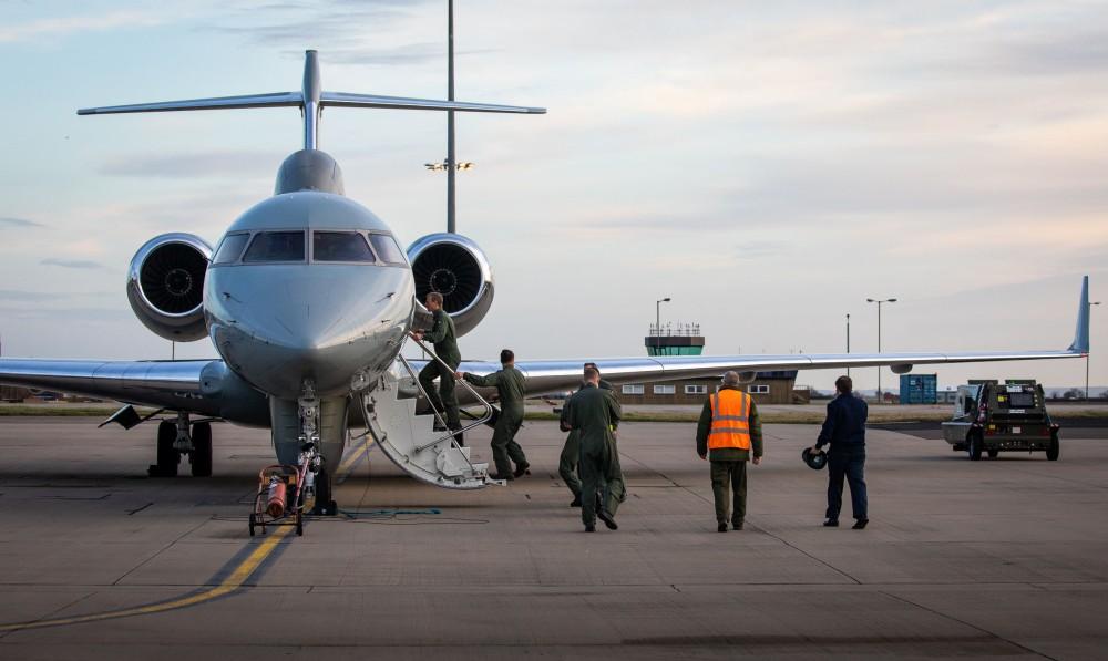 センチネル R1に乗り込むパイロットら(Image:Crown Copyright)
