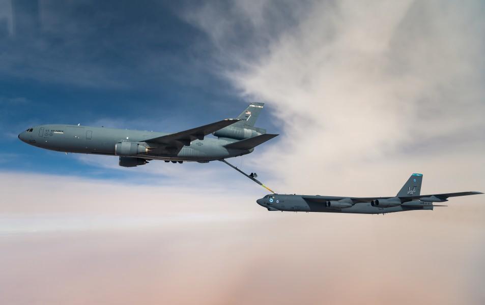 KC-10から空中給油を受ける第96爆撃飛行隊のB-52H(Image:USAF)