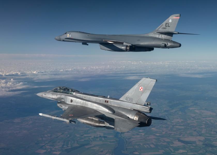 ポーランド空軍のF-16と飛ぶB-1B(Image:USAF)