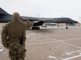 退役するB-1Bを敬礼で送る整備兵(Image:USAF)