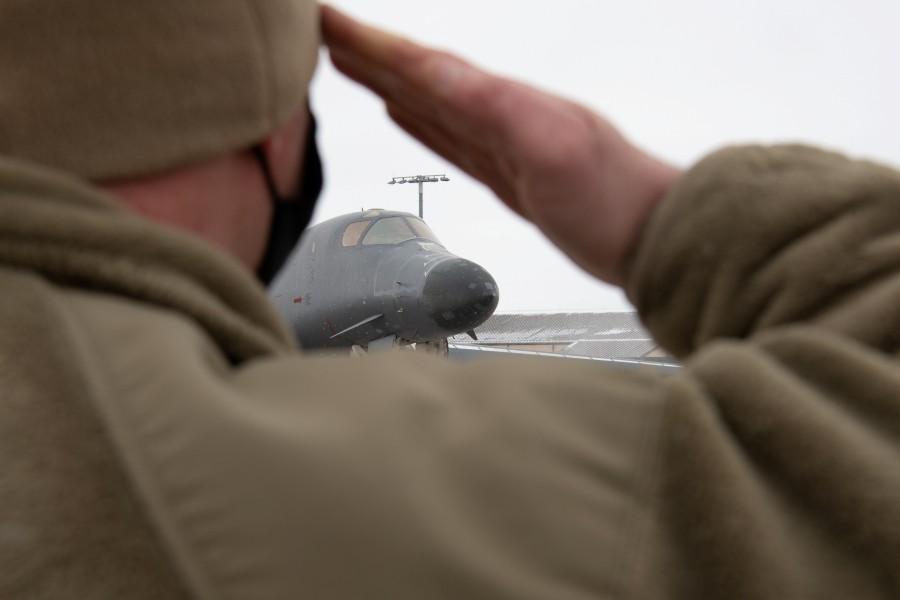 エルスワース空軍基地から退役するB-1Bを敬礼で送る整備兵(Image:USAF)