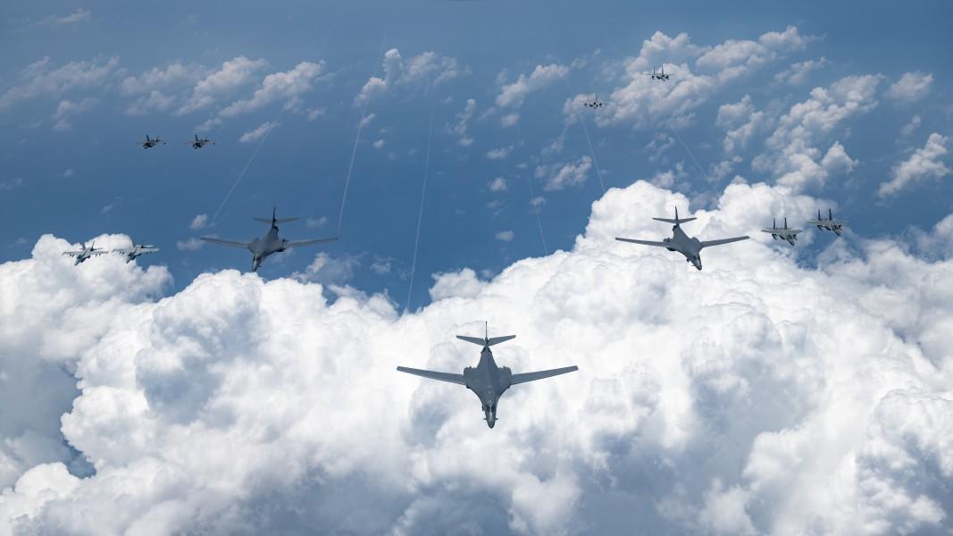 B-1Bと編隊飛行する戦闘機(Image:USAF)
