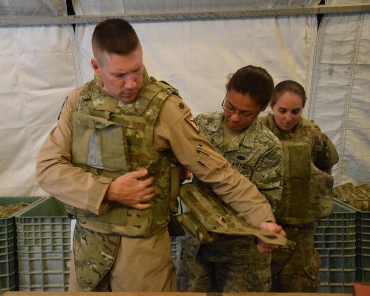 女性も男性用ボディアーマーを着用していた(Image:USAF)