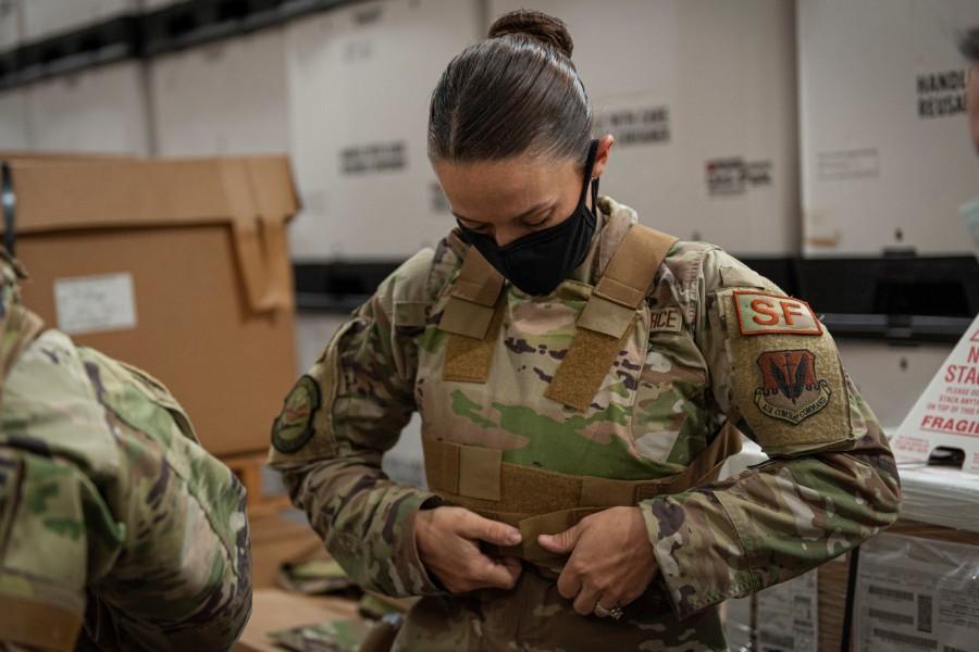 女性用ボディアーマーのフィッティング調整(Image:USAF)