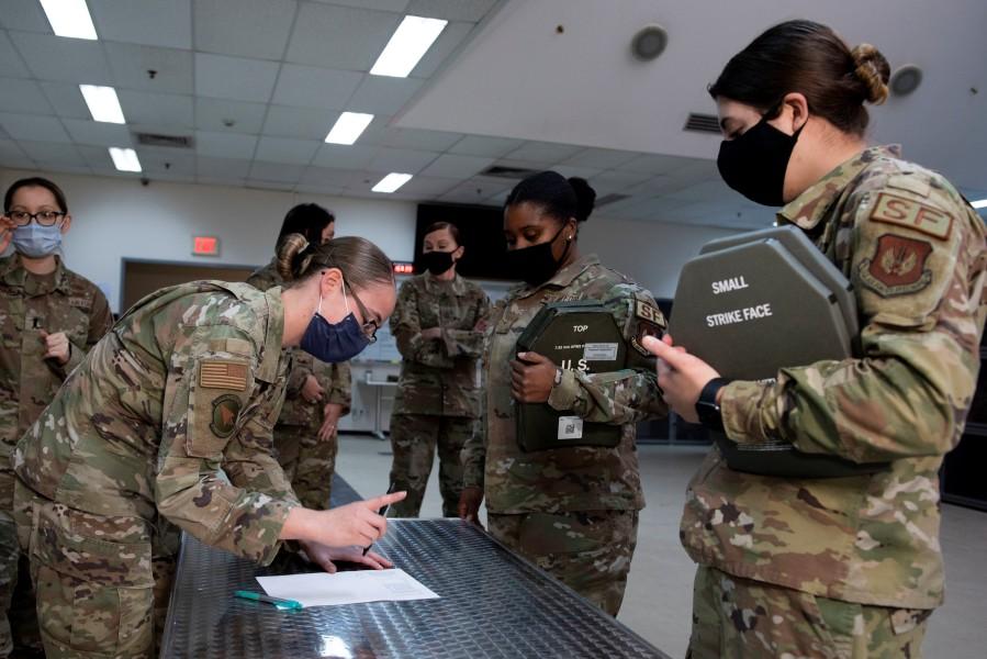 トルコのインジルリキ空軍基地で女性用ボディアーマーを受領する第39警備中隊の女性兵(Image:USAF)