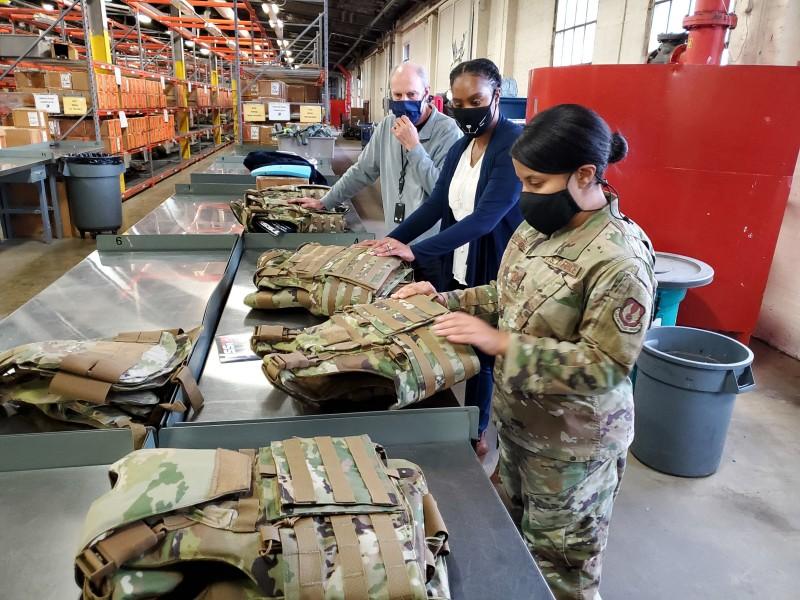 女性用ボディアーマーの工場チェック(Image:USAF)
