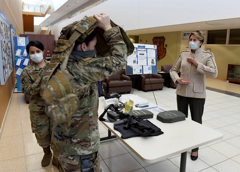 女性用ボディアーマーの説明を受けるバレット空軍長官(2020年当時)(Image:USAF)