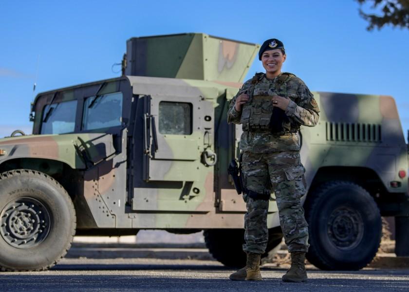 女性用ボディアーマーを着用したクック兵長(Image:USAF)