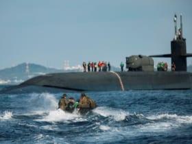 沖縄沖で原潜オハイオへの以上訓練をする海兵隊員(Image:USMC)