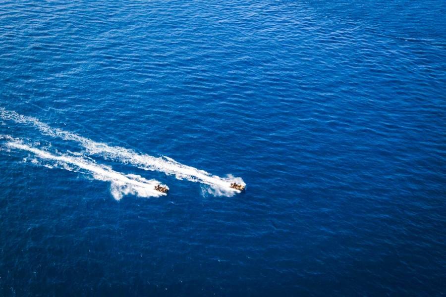 原潜オハイオを目指し航走する海兵隊の偵察用ゴムボート(Image:USMC)