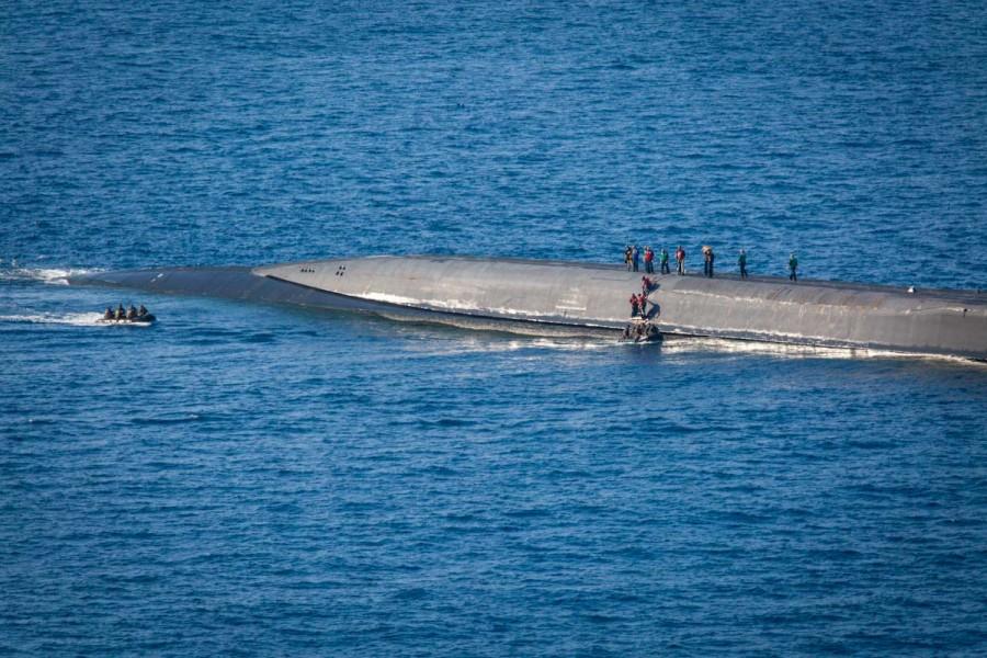 原潜オハイオに接舷した偵察用ゴムボート(Image:USMC)