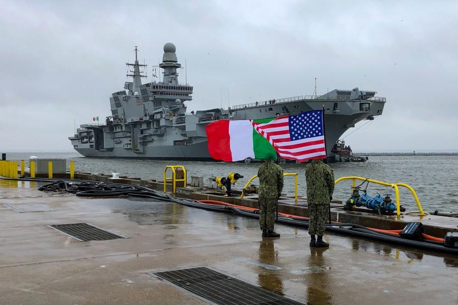イタリア・アメリカの国旗を掲げてカヴールを出迎えるアメリカ兵(Image:U.S.Navy)