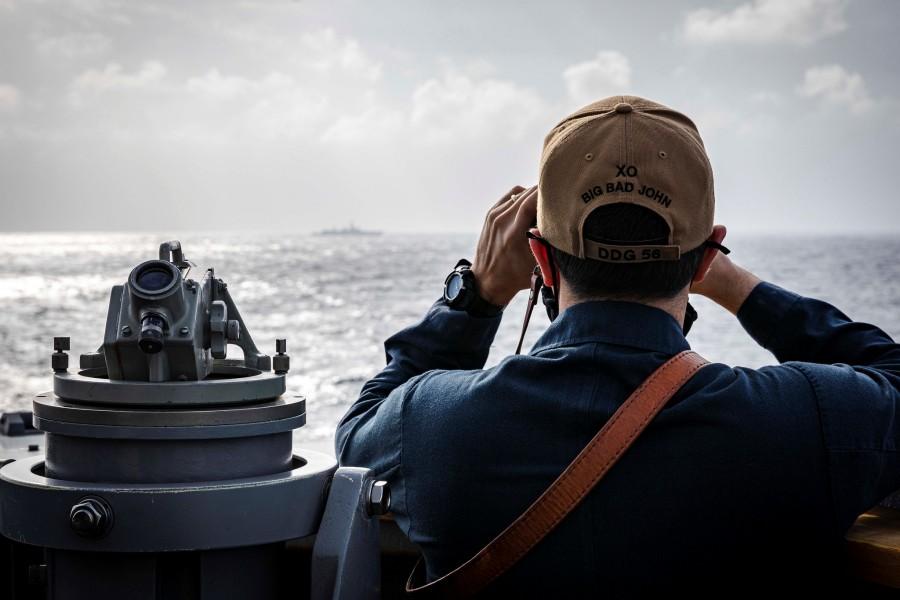 駆逐艦ジョン・S・マケインの艦橋ウイング部で警戒に当たる乗組員(Image:U.S.Navy)