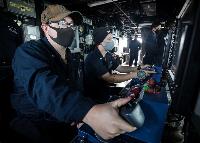 主砲塔を操作する駆逐艦ジョン・S・マケインの乗組員(Image:U.S.Navy)