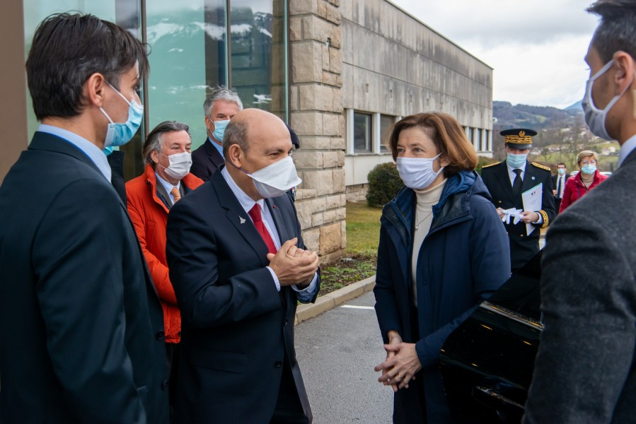 ダッソー・アビアシオンの工場を訪問したフランスのパルリ軍事大臣(Image:ダッソー・アビアシオン)