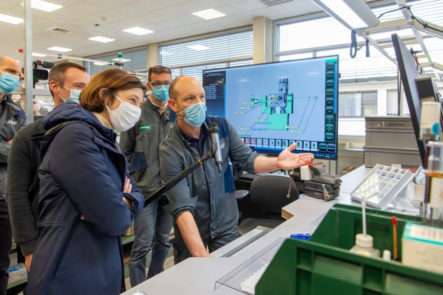 ダッソー・アビアシオンの工場を視察するパルリ軍事大臣(Image:ダッソー・アビアシオン)