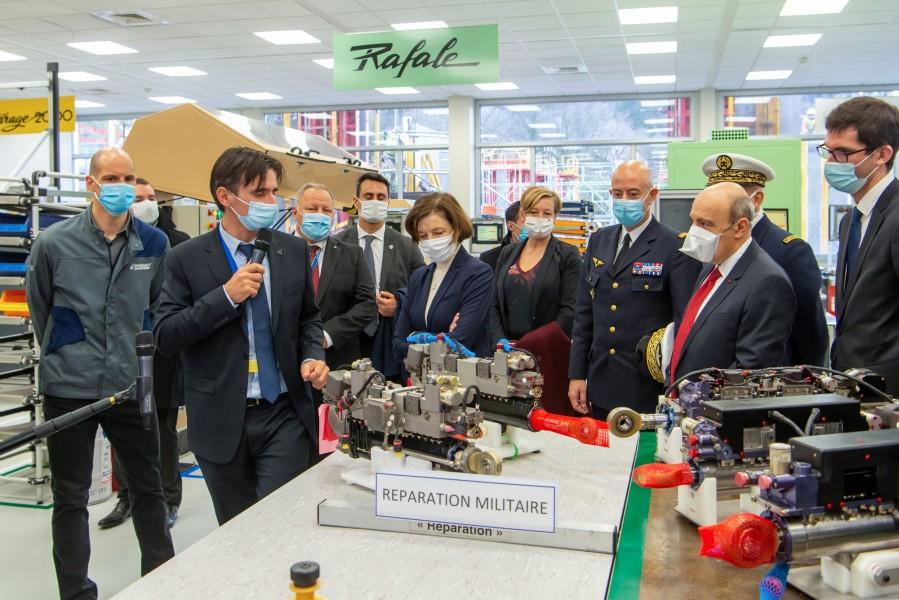 ダッソー・アビアシオンの工場で説明を受けるパルリ軍事大臣(Image:ダッソー・アビアシオン)