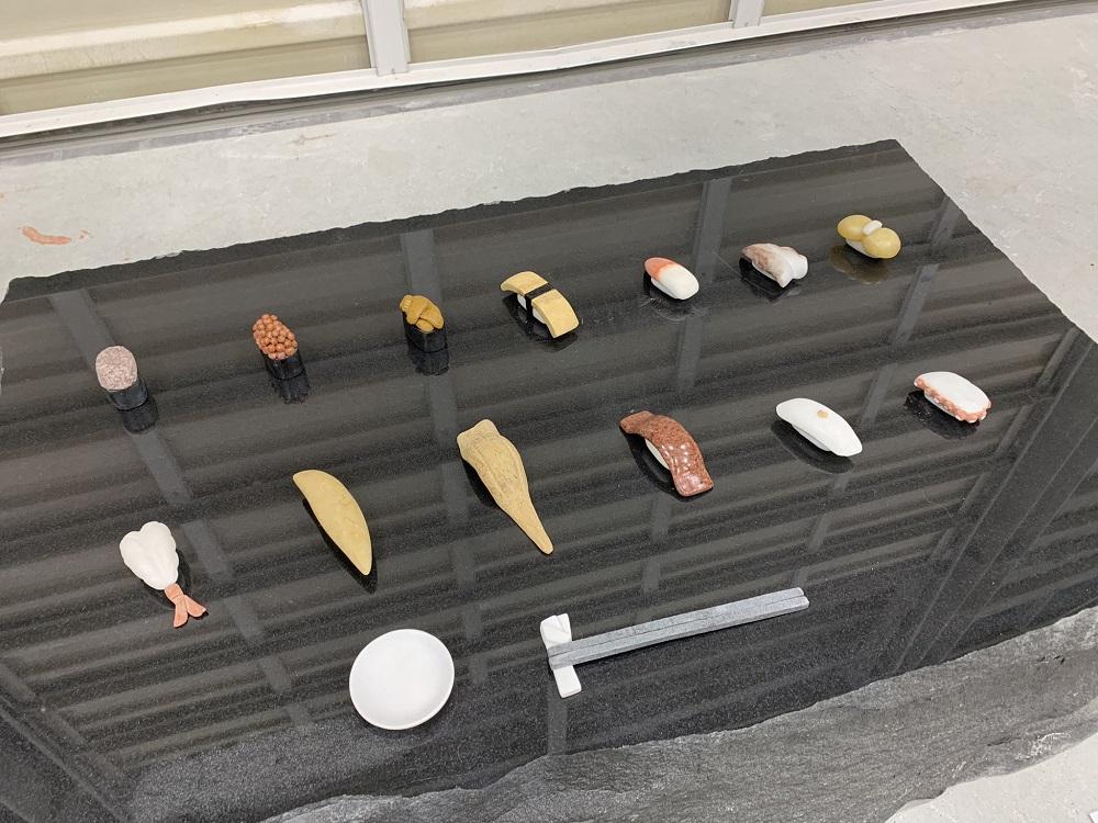 箸置き、箸、しょうゆ皿も石でできている