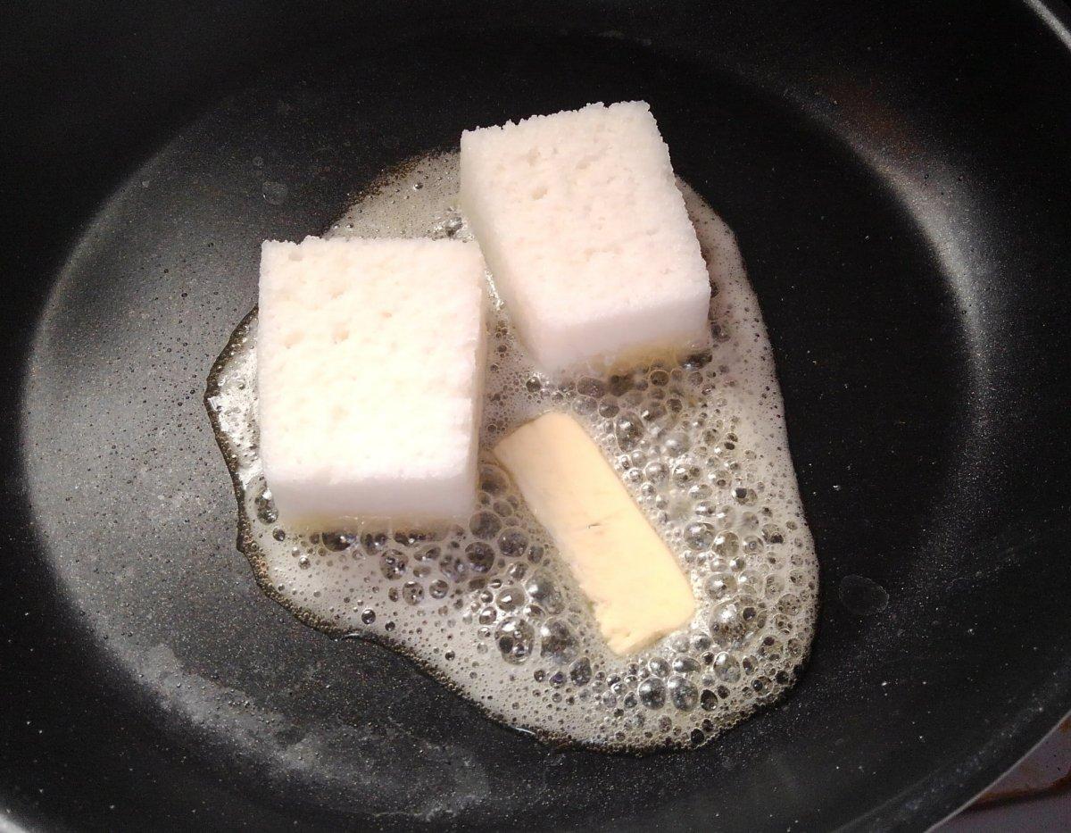 溶かしバターでかるかんを揚げ焼きにしていく(茸本朗さん提供)