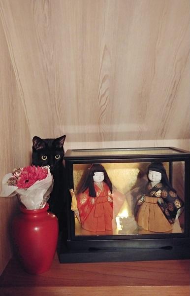 しれっと置物に混ざっている黒猫
