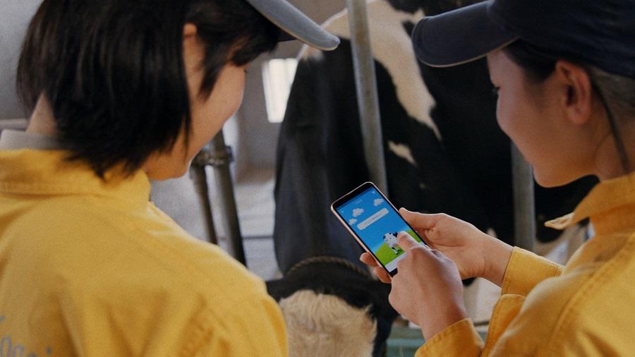 """また今回の動画に登場した""""牛のお尻ちゃん""""とのコミュニケーションを実現した「モバイル牛温恵」のプロトタイプアプリを京都府立農芸高校が試験導入。"""