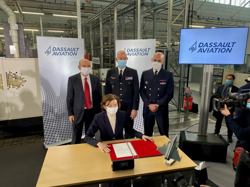 発注契約書にサインするパルリ軍事大臣(Image:フランス軍事省)