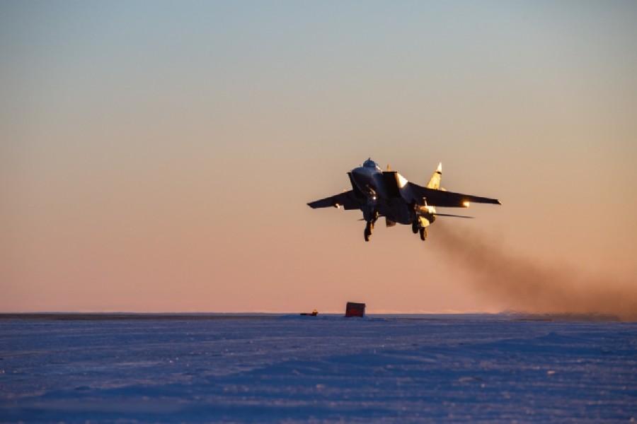 ロガチョヴォ飛行場に着陸するMiG-31BM(Image:ロシア国防省)