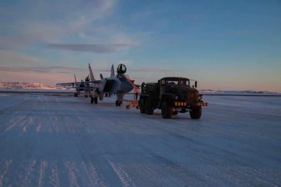 凍結したロガチョヴォ飛行場でトーイングされるMiG-31BM(Image:ロシア国防省)