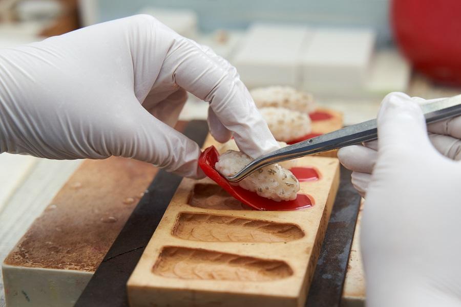 本物の寿司ネタからサンプルの型を取っているため、つぶつぶ感や皮の凹凸、身の筋などがリアルに再現されています。