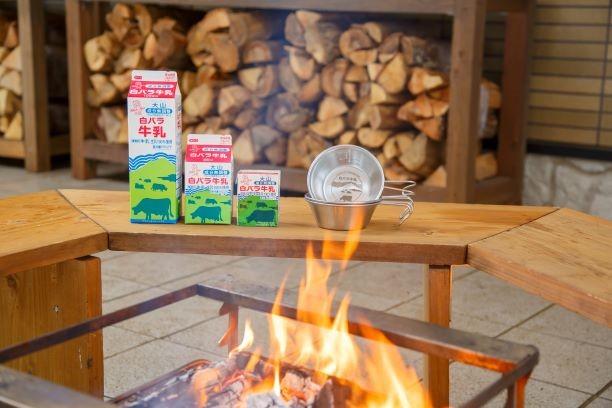 鳥取で人気の「白バラ牛乳」初のキャンプグッズ シエラカップ登場