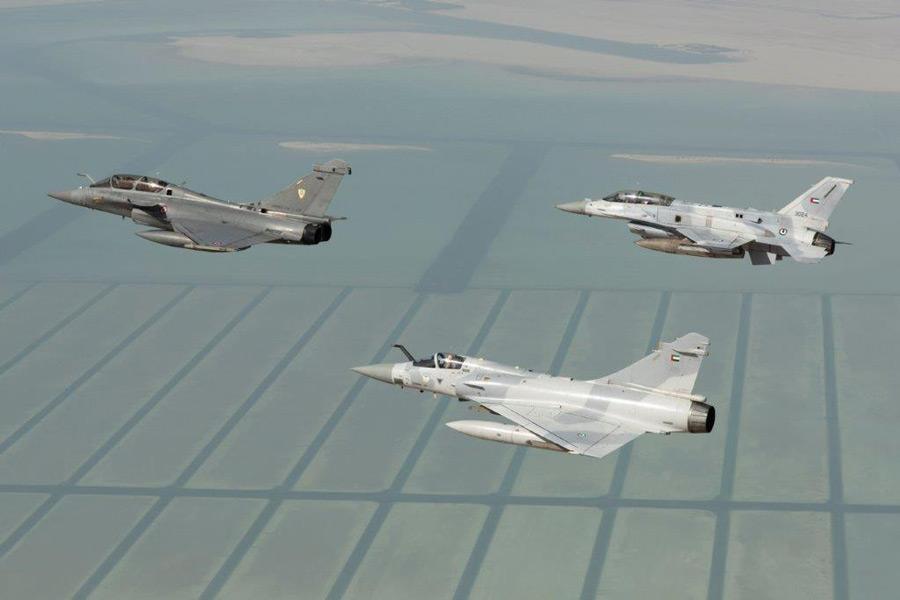 フランスのラファール(先頭)とUAE空軍の戦闘機(Image:EMA)