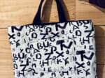 独特のアルファベット模様を施したデザインバッグがTwitterで話題。